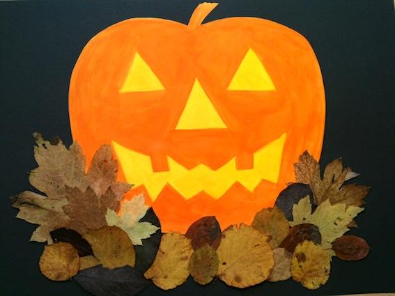 Halloween Kurbis Auf Englisch.Halloween Kurbis Im Laubhaufen